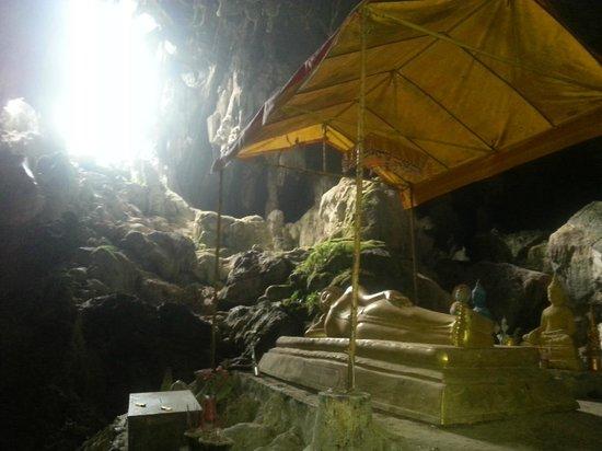 Tham Phu Kham Cave and Blue Lagoon: Buddha statue inside cave