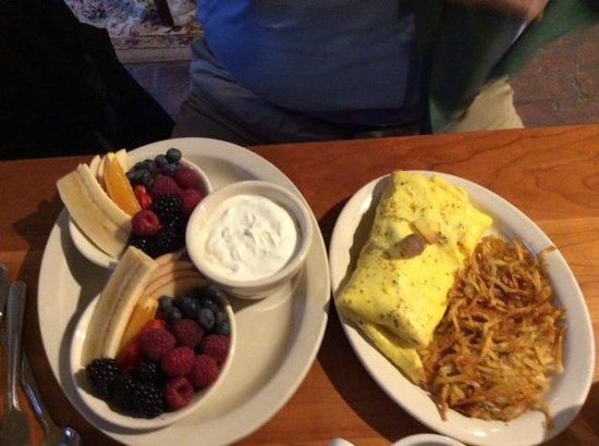 Magnolia: Omelet and fruit