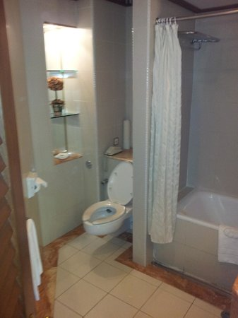 The Jesselton Hotel: Bathroom