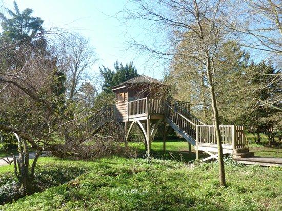 Arboretum de la Vallee-aux-Loups: cabane accessible lors des visites guidées