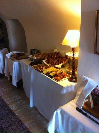 Hotel Les Bories & Spa : une partie du buffet du pdj avec cakes et madeleines maison excellentes