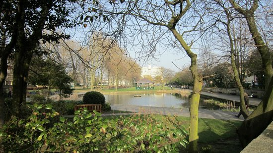 Queen's Gardens : Queen's Park in March