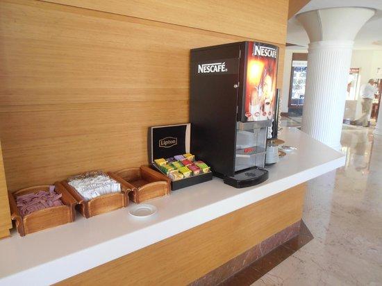 Hotel Samara : Coffee/tea making facilities at the lobby-bar