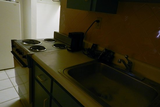 Days Inn Clearwater/Central : Kitchenette, no microwave, but when we asked, we got one
