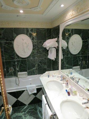 Grand Hotel Des Iles Borromees : Das Bad