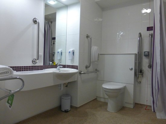 Premier Inn Edinburgh Park (The Gyle) Hotel : Room 114 - accesible bathroom