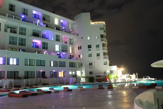 Bel Air Collection Resort & Spa Cancun: Glow at night
