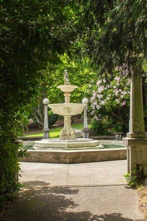 Parque Lithia: 100 year old fountain