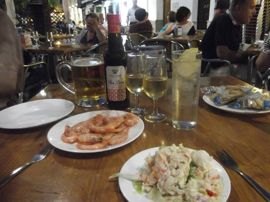 Hotel Boutique Alcoba: Tapas and local sherry at the nearby town square