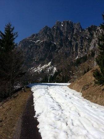 Road of 52 Tunnels : snow coved trail