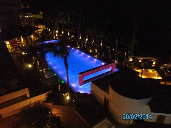 Alexander The Great Beach Hotel: Poolbeleuchtung abends