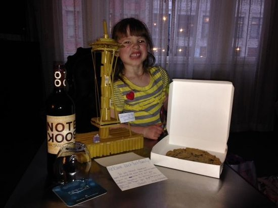 "Kimpton Alexis Hotel: large chocolae chip cookie, wine, and the ""Space Noodle""!!"