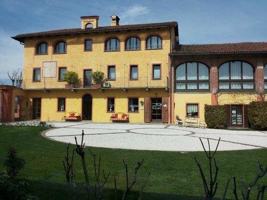 Tenuta La Cascinetta: Il bel cortile e l'hotel visti dal ristorante