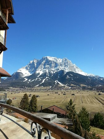 Hotel Post: Blick von der Terrasse auf die Zugspitze