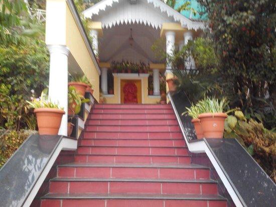 Mayfair Darjeeling: Path towards mandir and mall road