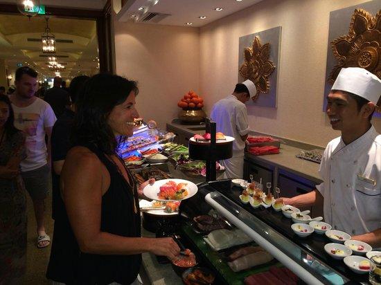 Sule Shangri-La Yangon: diner buffet.. Restaurant Yee Yee, was  the most fantastic hostess!