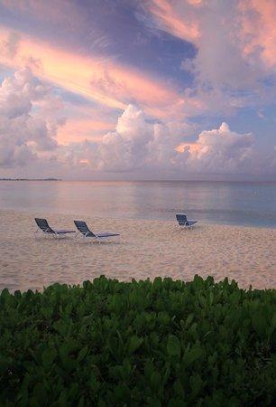 Christopher Columbus Condos: Morning beach view.