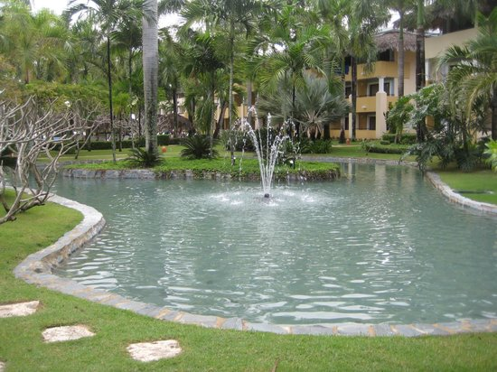 Iberostar Costa Dorada: In the center of the resort was a very clean pond & fountain