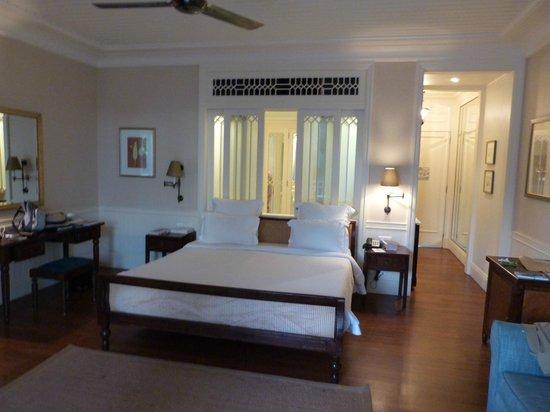 Heritage Le Telfair Golf & Spa Resort: intérieur de la chambre avec aperçu salle de bain