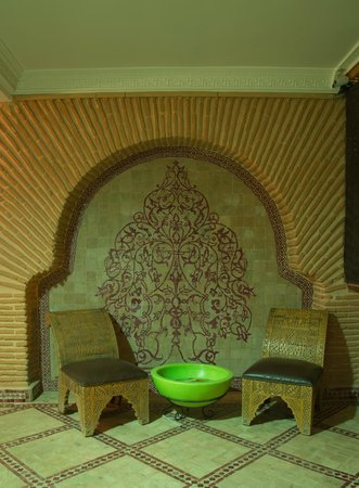 Riad & Spa Mabrouk : Chairs By The Foutain