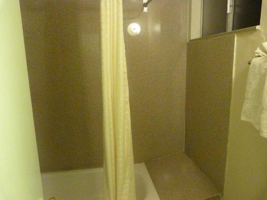 Americas Best Value Inn Bishop: bathroom