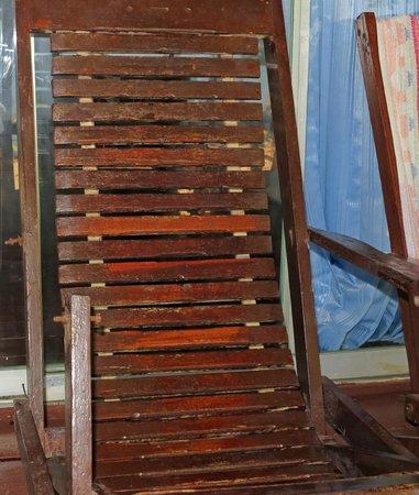 Libong Beach Resort: defekter Liegestuhl