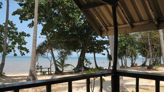 Libong Beach Resort: Ausblick vom Bungalow zum Meer bei Flut