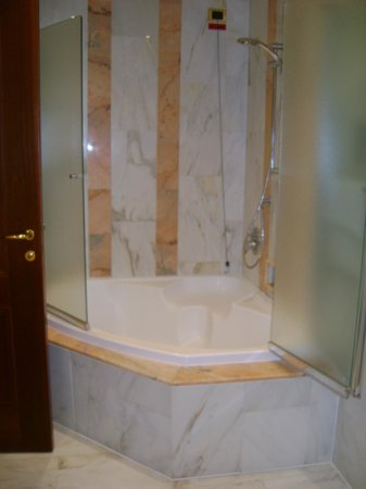 Internazionale Hotel : Room 125 bathroom - soaking tub / shower