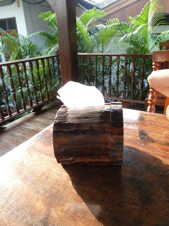 Baan Tebpitak : distributeur de serviettes de table....papier toilettes en fait LOL