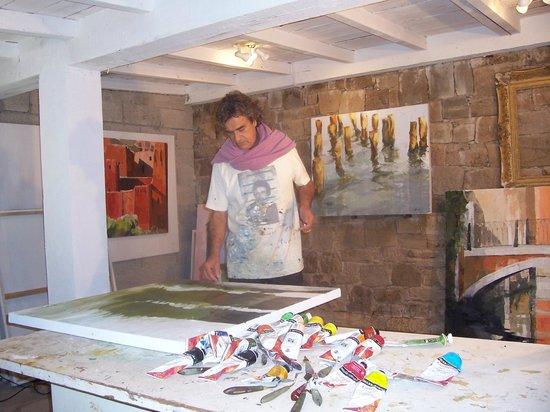 Château de Grimaud : Le peintre Francis CHAPUS dans son atelier