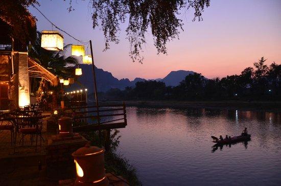 Ban Sabai Riverside Bungalow: Abendstimmung in der Anlage mit beleuchtetem Restaurantbereich