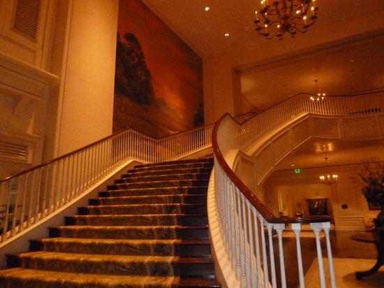 The Sanctuary Hotel at Kiawah Island Golf Resort: Sanctuary grand staircase