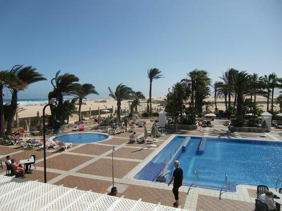 ClubHotel Riu Oliva Beach Resort : Blick über den Pool zum Strand