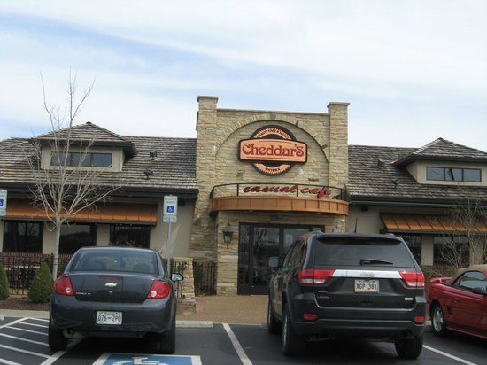 Cheddar's Scratch Kitchen: Entrance from parking lot