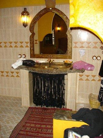 Kasbah Hotel Xaluca Arfoud: fossil sink