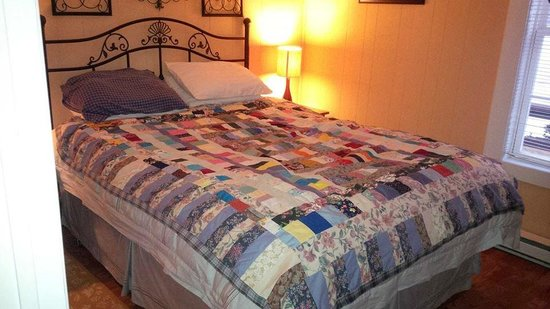 Ocean Delight Cottages: Could have stayed in this bed forever!! So cozy!!