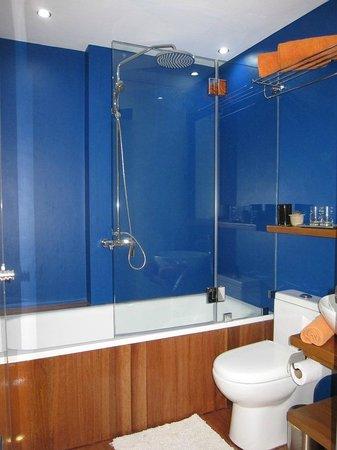 WaterColors Boracay Dive Resort: Bathroom of Beachfront First Floor Room