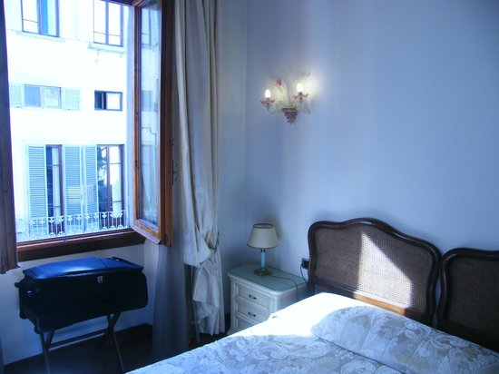 De Rose Palace Hotel : Letto e finestra