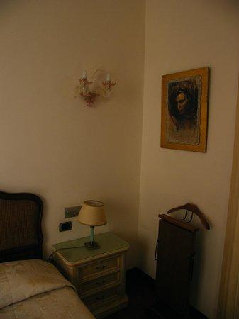 De Rose Palace Hotel : Letto e armadio