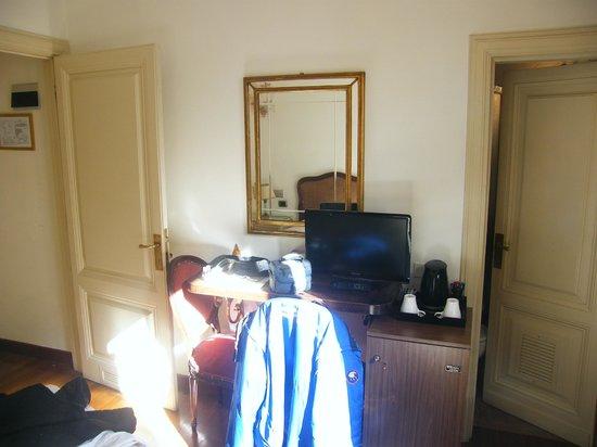 De Rose Palace Hotel : Scrivania e tv