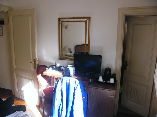 De Rose Palace Hotel : Scrivania e ingresso bagno a dx