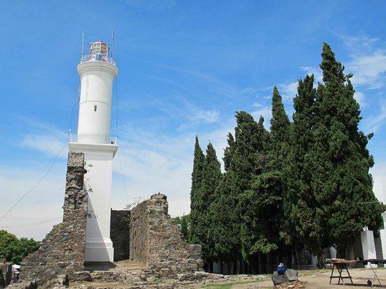 Faro de Colonia del Sacramento: Farol e ruínas do convento de San Francisco