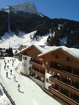 Hotel Miravalle: Uitzicht vanaf balkon op piste richtig Champinoi
