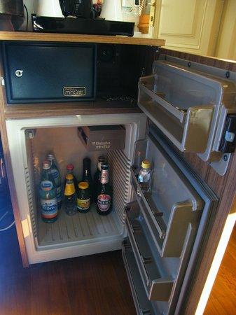 De Rose Palace Hotel: Particolare mini-frigo e cassaforte