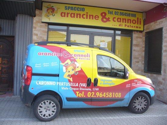 Caronno Pertusella, Italie: L'esercizio ed il furgone per le distribuzioni!