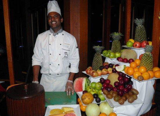 "Kuredu Island Resort & Spa : Chinthaka le coupeur de fruits au ""O"""