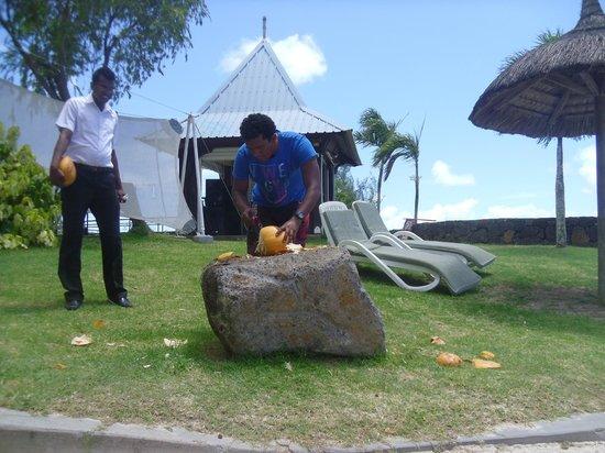 Calodyne Hotel: Denis, l'animateur préparant une noix de coco