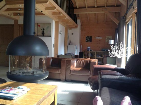 More Mountain - Chalet Robin : Great sound system with MacBook. Mezzanine above with playstation -  a big hit with the boys!