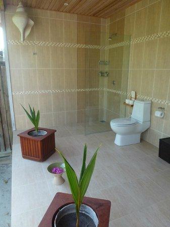 Kuredu Island Resort & Spa : Salle de douches  et wc en exterieur