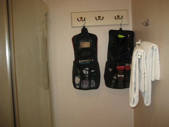 Best Western Arlanda Hotellby: Bra krokar att hänga necessärerna på. Praktisk detalj.